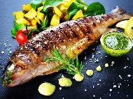 Печена риба лаврак на скара с чесън и билки (мащерка, розмарин, див лук)